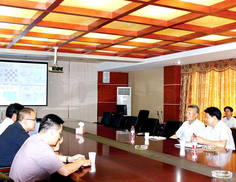 2014年7月,時任紹興市委常委、市委秘書長巍偉走訪天潔