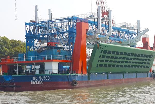 海泰船舶首创铺排船大型吊装设备
