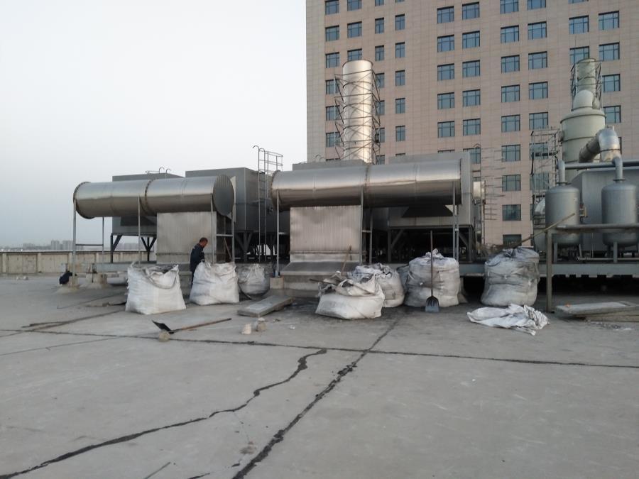 大型噴漆車間柱狀活性炭裝填現場2